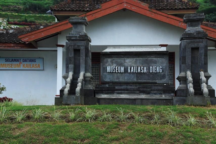 Museum Kailasa di Desa Dieng Kulon, Kecamatan Batur, Kabupaten Banjarnegara, merupakan tempat yang harus dikunjungi sebelum mengeksplorasi Dieng