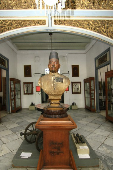 Museum Radya Pustaka didirikan oleh Kanjeng Raden Adipati Sosrodiningrat IV pada 18 Oktober 1890
