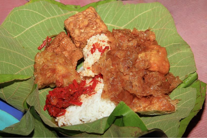 Nasi Jamblang atau Sega Jamblang menjadi identitas diri bagi masyarakat Cirebon dalam hal kuliner