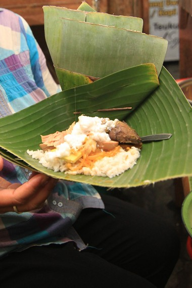 Nasi liwet merupakan nasi yang dimasak bersama santan