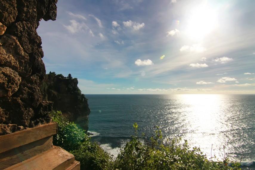 Panorama laut dari tepian tebing Uluwatu terlihat indah, terutama menjelang matahari tenggelam