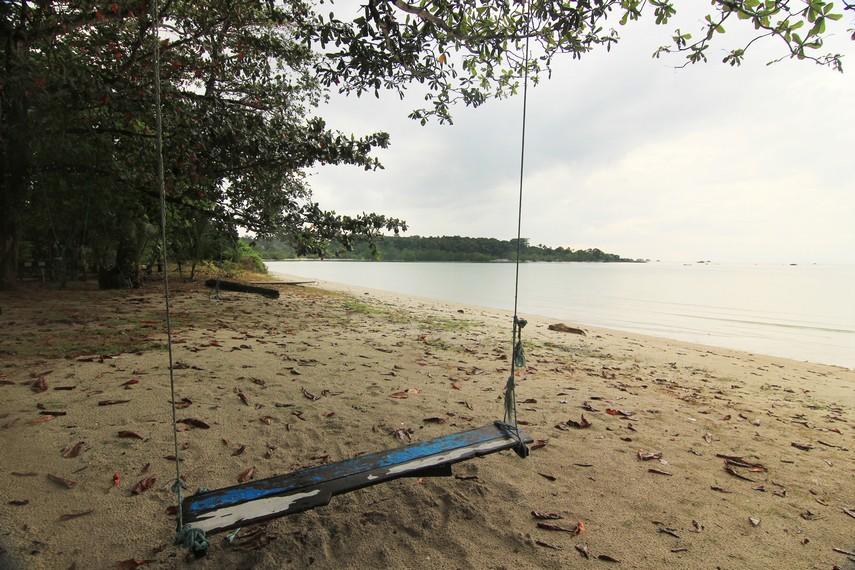 Pantai Ketapang terletak di Desa Sijuk, Belitung, tidak jauh dari Pantai Tanjung Tinggi