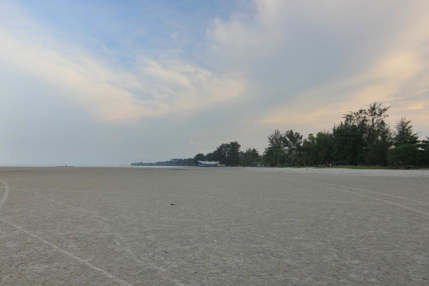 Pantai Pasir Padi memiliki garis pantai yang panjang dengan hamparan pasir putih yang luas di sepanjang pantai