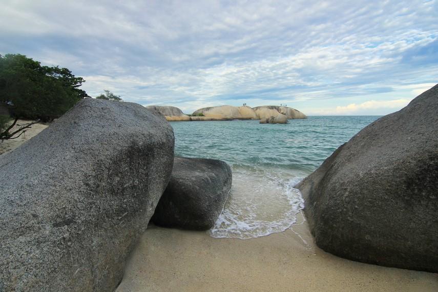 Pantai Penyabong menjadi salah satu pantai yang wajib dikunjungi ketika berada di kawasan Membalong, Belitung