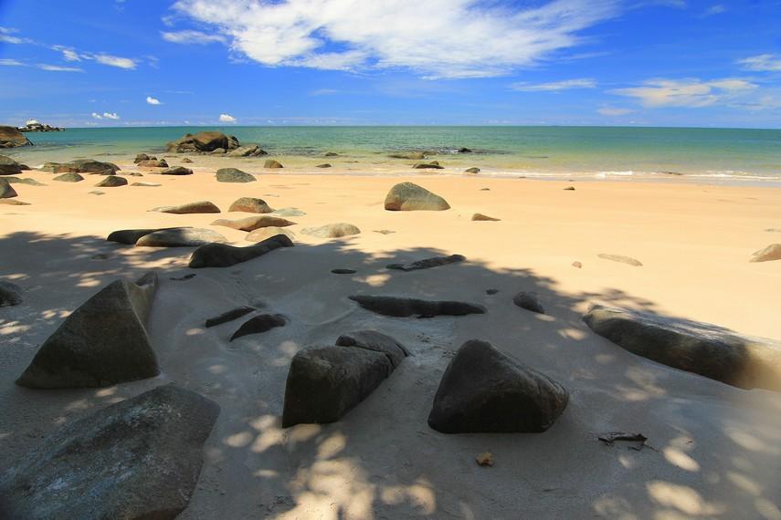 Pantai Tanjung Batu berada tidak jauh dari Pantai Burung Mandi dan Vihara Dewi Kwan Im