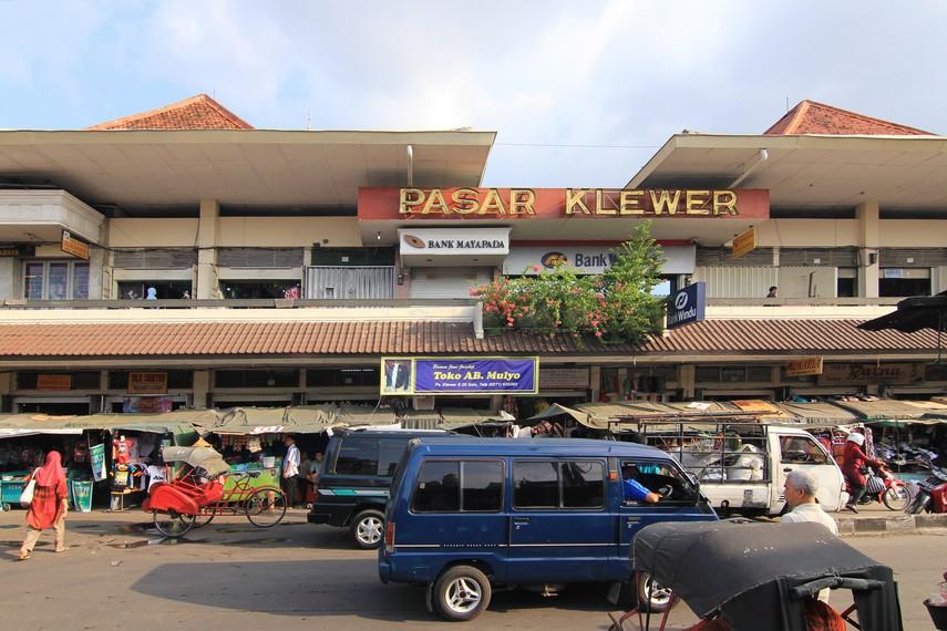 Pasar Klewer diresmikan pada 15 Mei 1969. Nama pasar ini diberikan oleh mantan Presiden Republik Indonesia, Soeharto