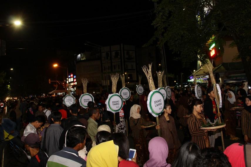 Pasukan jenang yang mengenakan baju lurik menjadi salah satu peserta parade bertema merayakan kostum Jawa ini