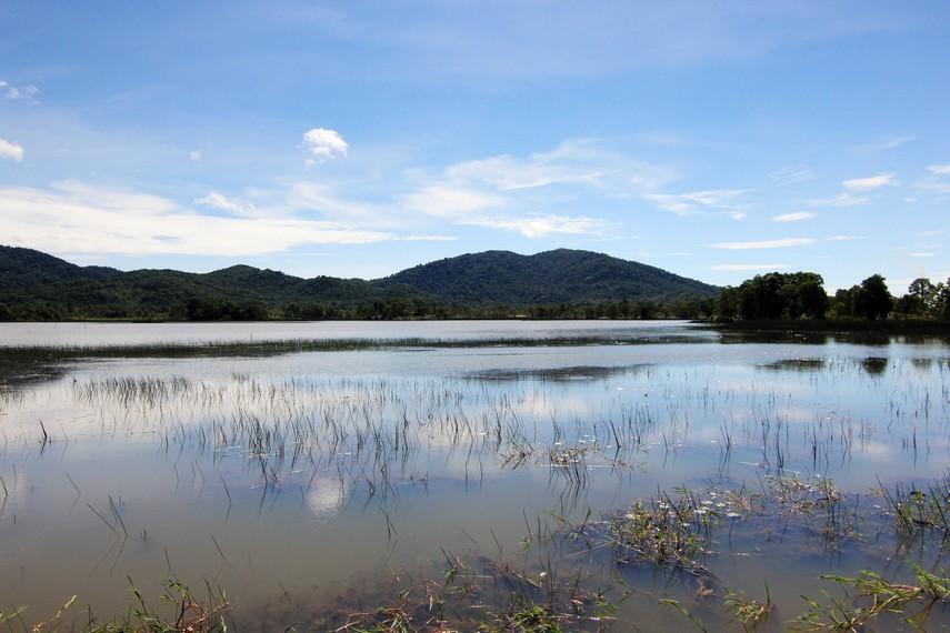 Pemandangan Gunung Burung Mandi menjadi latar indah yang memberikan nuansa kesejukan danau ini