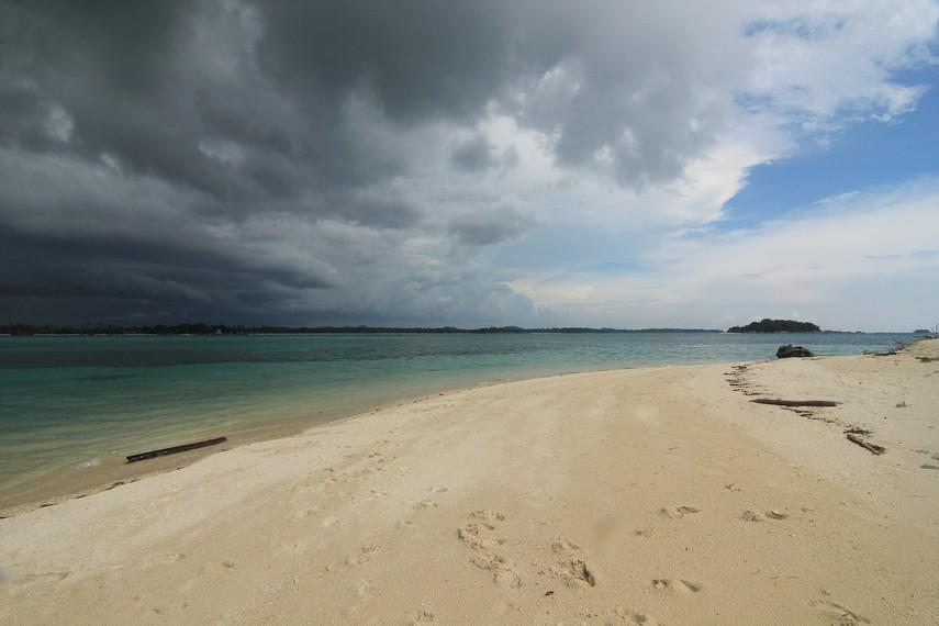 Pulau Kepayang merupakan pulau yang paling dekat dengan Pantai Tanjung Kelayang