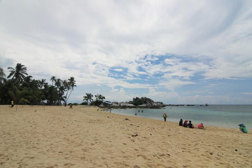 Pulau Lengkuas berada di Kawasan Pantai Tanjung Kelayang, Desa Sijuk, Belitung