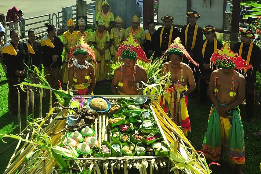 Rombongan Menjamu Benua terdiri dari 7 dewa, 7 belian, 7 pangkon bini, dan 7 pangkon laki