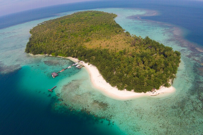 Salah satu pulau di Karimunjawa yang terkenal akan sajian keindahan bawah lautnya adalah Menjangan Kecil