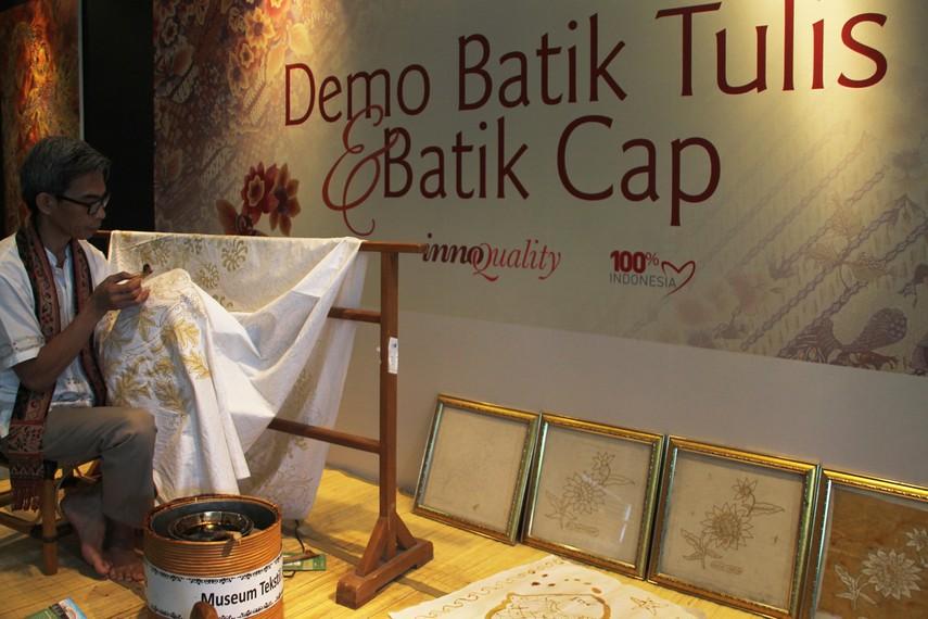 Secara etimologi, kata batik berasal dari bahasa Jawa, yaitu ngembat dan titik yang secara harfiah bisa diartikan membuat titik (membuat gambar)