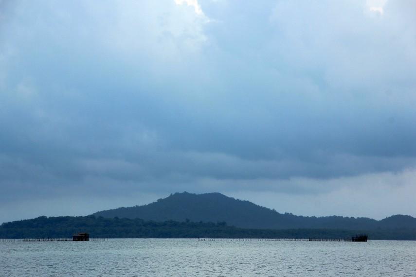 Selama perjalanan menuju Selat Nasik kita akan disajikan pemandangan bukit dan pegunungan yang indah