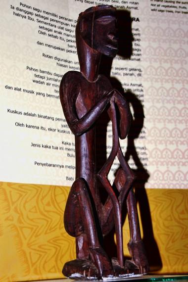 Seni patung Asmat menggunakan bahan baku pohon bakau yang banyak dijumpai di pesisir selatan Papua