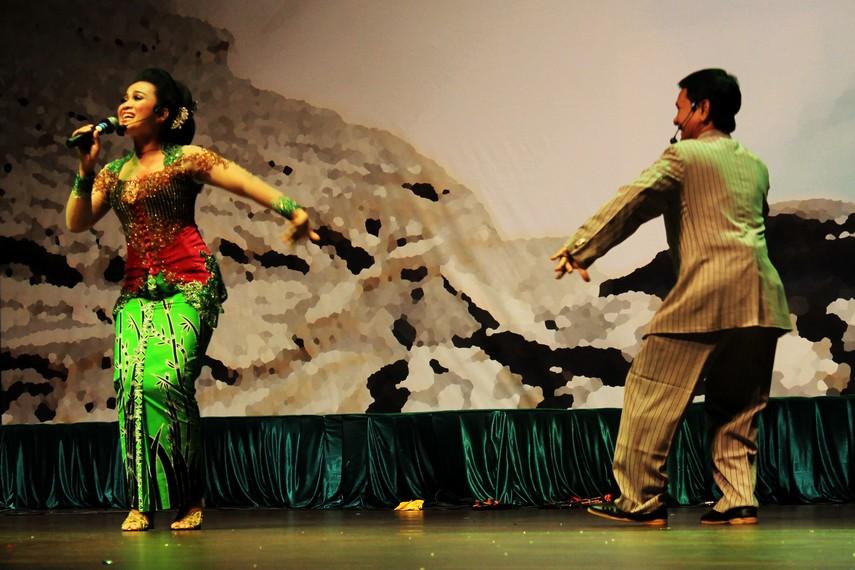 Seperti halnya ketoprak dari Jawa Tengah, ludruk dari Jawa Timur juga merupakan pertunjukan yang menghibur
