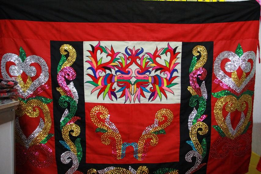 Sulam tumpar, kain sulaman khas Kalimantan Timur ini memiliki corak yang beragam dengan warna-warna yang cerah