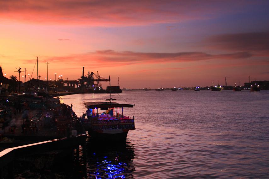 Taman Alun-Alun Kapuas menyajikan pemandangan tenangnya aliran air di Sungai Kapuas dengan kapal-kapal yang melintasi sungai