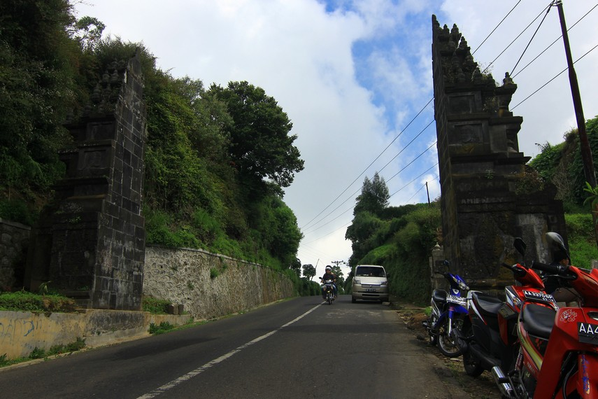 Tidak sulit menemukan Tuk Bima Lukar. Jika datang dari arah Wonosobo, tempat wisata ini terdapat di sebelah kanan gapura selamat datang di Dieng