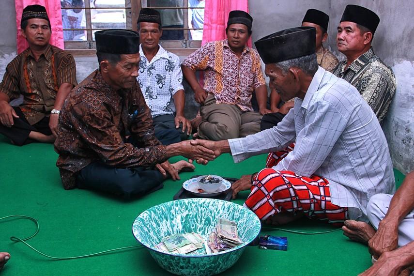 Tradisi Marastaun dipimpin oleh seorang dukun yang dianggap memiliki ilmu tinggi di kampung