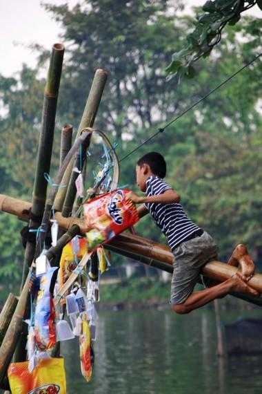 Tradisi panjat pinang selalu diadakan di Situ Babakan setiap hari ulang tahun Kota Jakarta