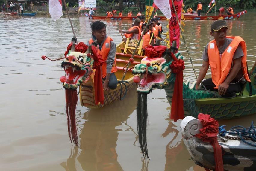Tradisi perahu naga dilaksanakan setiap tahun tepatnya pada peringatan peh cun di tanggal 5 bulan 5 penanggalan Khongcu Lek