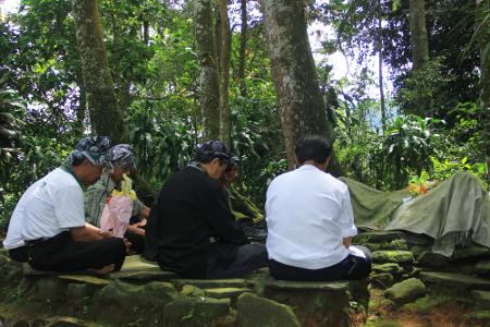 Ngembang ke makam leluhur merupakan salah satu ritual dalam rangkaian ritual Seren Taun yang diadakan oleh masyarakat Kampung Budaya Sindang Barang