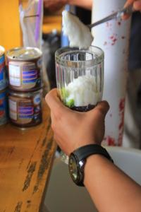 Penjual Es Doger banyak ditemukan di pasar tradisional, sekolah, dan di pusat-pusat keramaian