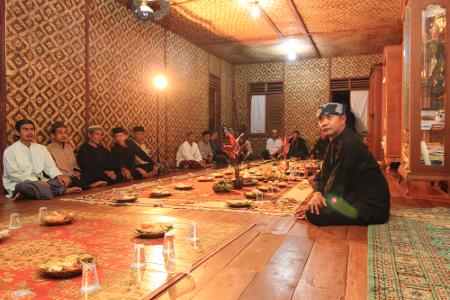 Ritual Netepkeun dilaksanakan di Imah Gede, yaitu rumah yang biasa digunakan oleh masyarakat Kampung Budaya Sindang Barang untuk berdiskusi