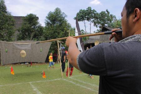 Susumpitan dalam tradisi Sunda Bogor berarti memainkan sumpit