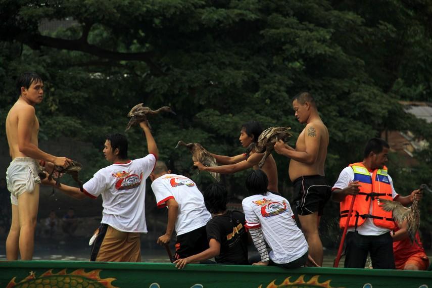Tak ada yang menang dan kalah dalam lomba menangkap bebek, tapi peserta berhak memiliki bebek yang berhasil didapatnya
