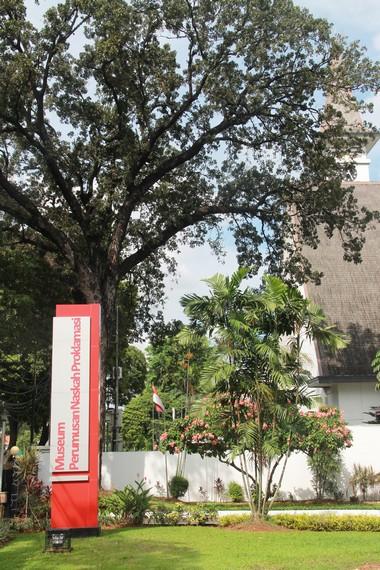 Halaman depan Museum Perumusan Naskah Proklamasi dikelilingi oleh pepohonan besar yang rindang
