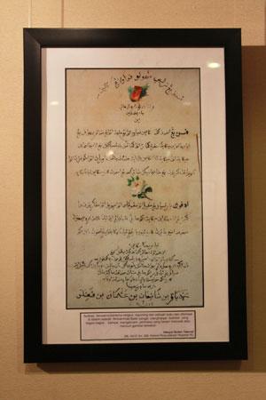 Ilustrasi bertema religius yang diambil dari potongan buku kemudian ditempelkan dalam Hikayat Sultan Taburat