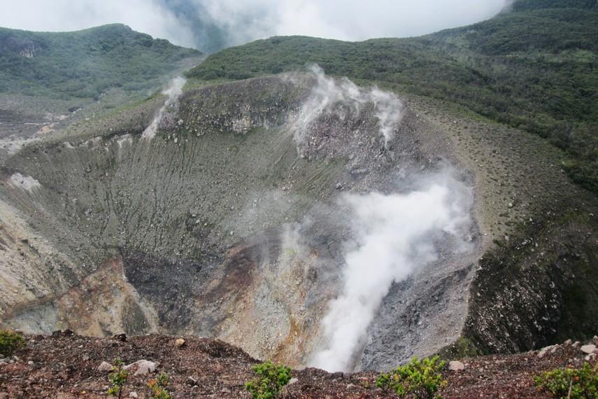 Kawah Gunung Gede yang bisa kita lihat di puncak gunung dan hingga sekarang masih aktif mengeluarkan uap belerang