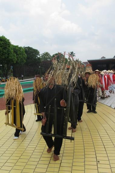 Bentuk angklung buhun tidak berbeda dengan angklung, tetapi terdapat hiasan batang padi di atasnya