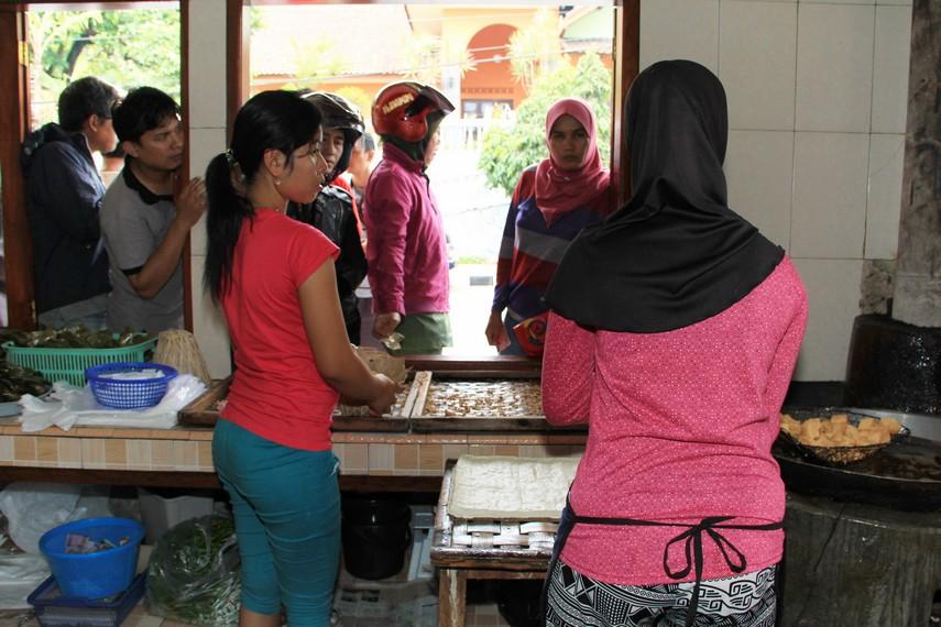 Di Kuningan, Tahu Kopeci menjadi toko tahu yang paling ramai dan sering dijadikan alternatif untuk membeli oleh-oleh