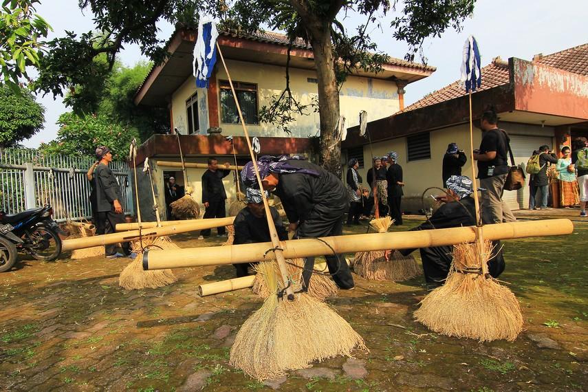 Kesenian Rengkong biasanya dipentaskan saat tradisi Seren Taun, yaitu tradisi menyambut panen raya pada masyarakat Sunda
