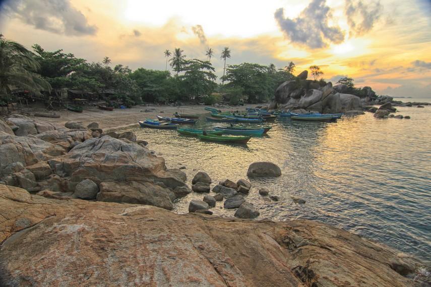Pantai Tanjung Layang diapit oleh Pantai Parai dan Pantai Matras