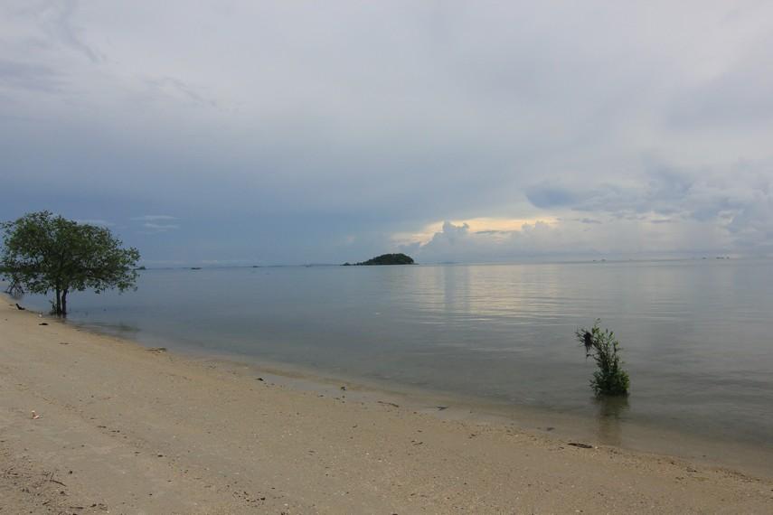 Pasir pantai  yang putih dan ombak yang tenang membuat Pantai Tanjung Pendam begitu nyaman untuk dikunjungi