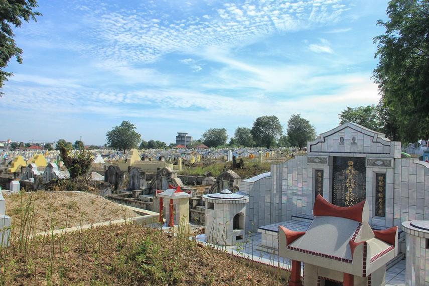 Pekuburan Sentosa merupakan makam terbesar di Indonesia juga Asia Tenggara untuk pekuburan sejenis
