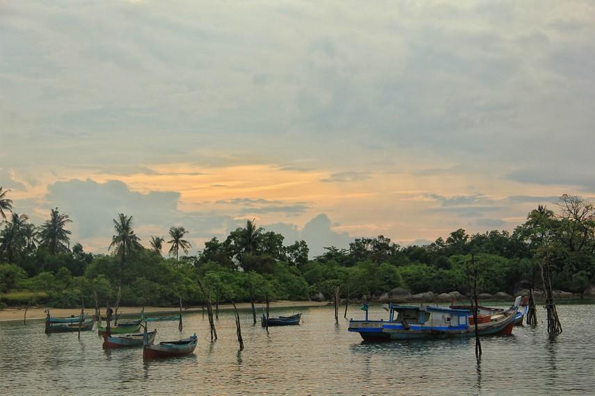 Warna-warni kapal nelayan menjadi pemandangan unik di Pantai Teluk Limau