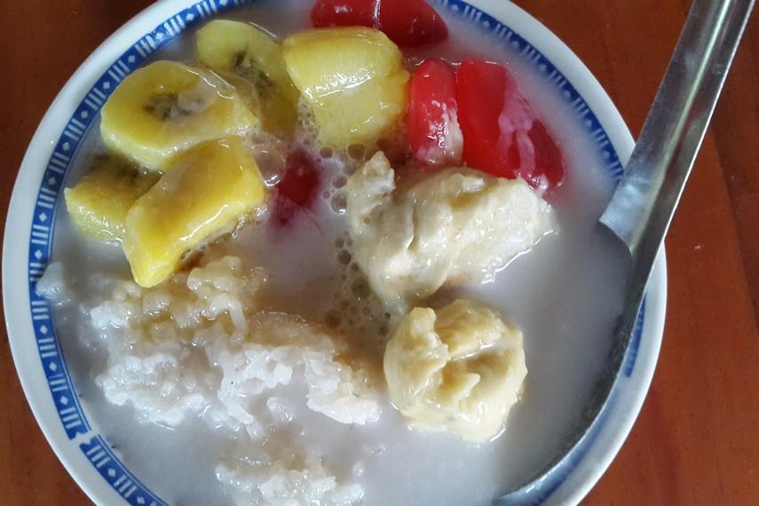 Manisnya gula aren yang berpadu dengan keharuman buah durian membuat kolak durian begitu menggugah selera