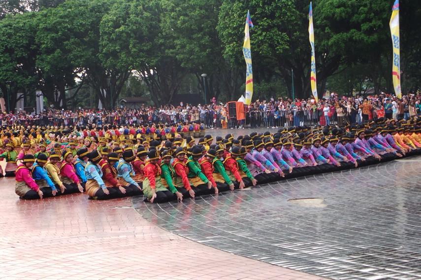 Dengan baju beraneka warna, para penari antusias untuk bersama-sama menarikan tari ratoh jaroe, salah satu tarian khas dari Aceh