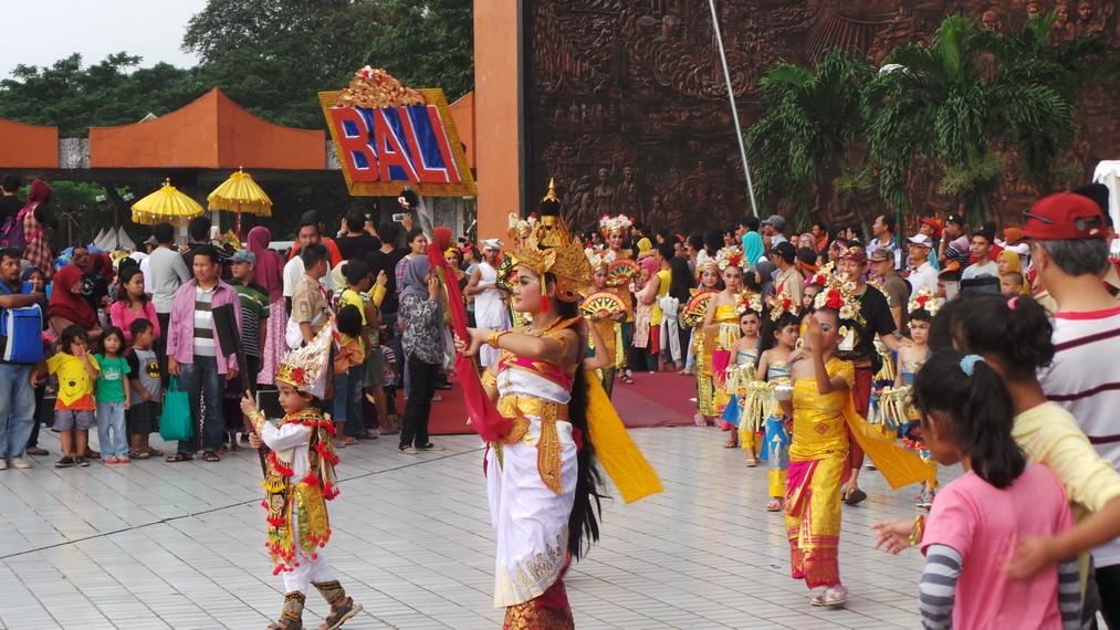 Parade budaya ini digelar untuk memeriahkan ulang tahun Taman Mini yang ke-40 ini