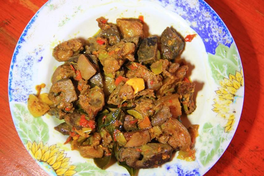 Makanan yang disajikan bersama nasi hangat ini menggunakan daging babi sebagai bahan dasarnya