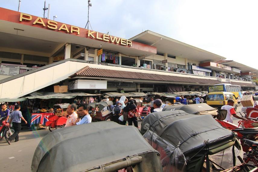 Bangunan Pasar Klewer memiliki luas 12.500 persegi dengan 2.075 kios pedagang di dalamnya
