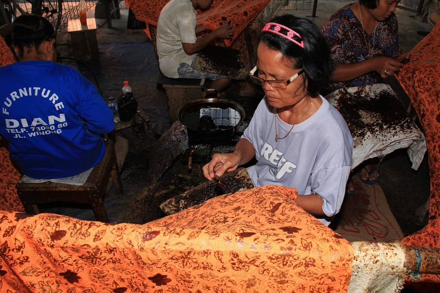 Batik Cirebon yang dibuat dengan cara ditulis memiliki nilai ekonomis yang tinggi
