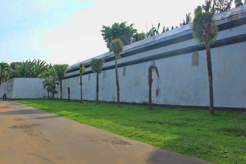 Benteng Kuto Besak memiliki panjang sekitar 288 meter dan lebar lebih dari 187 meter