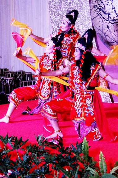 Dahulu, tari topeng kelana dipentaskan oleh raja dan hanya ditonton oleh para perempuan anggota keluarga kerajaan