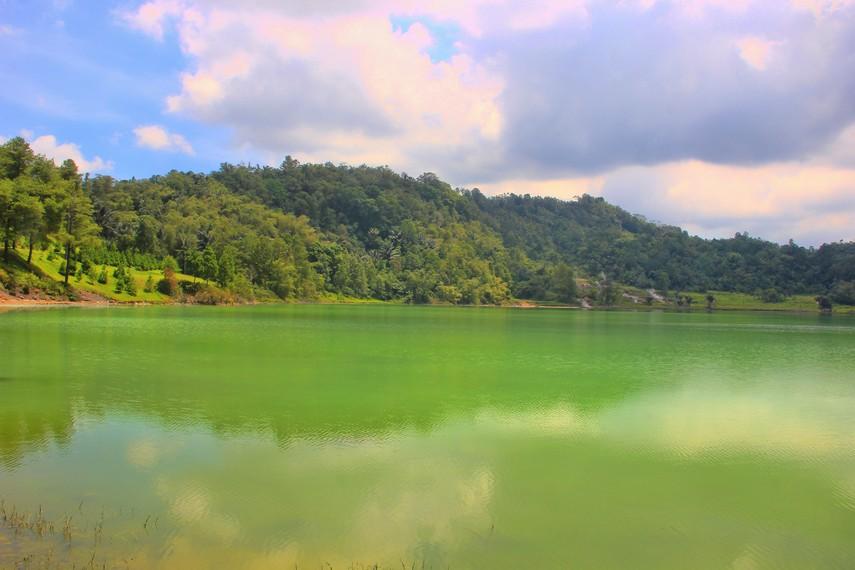 Danau Linow dapat ditempuh 3 km arah ke barat dari Kota Tomohon